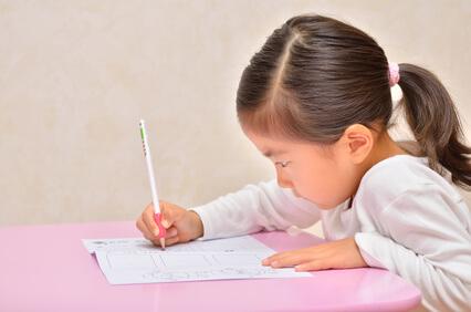真剣に勉強する女の子
